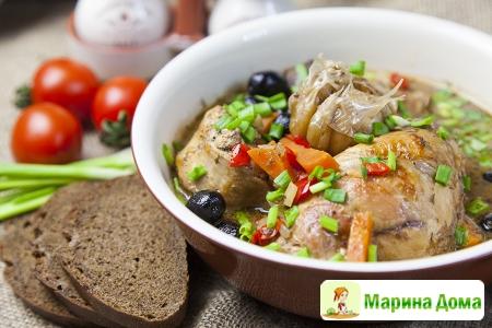 Кролик с овощами и маслинами в белом вине