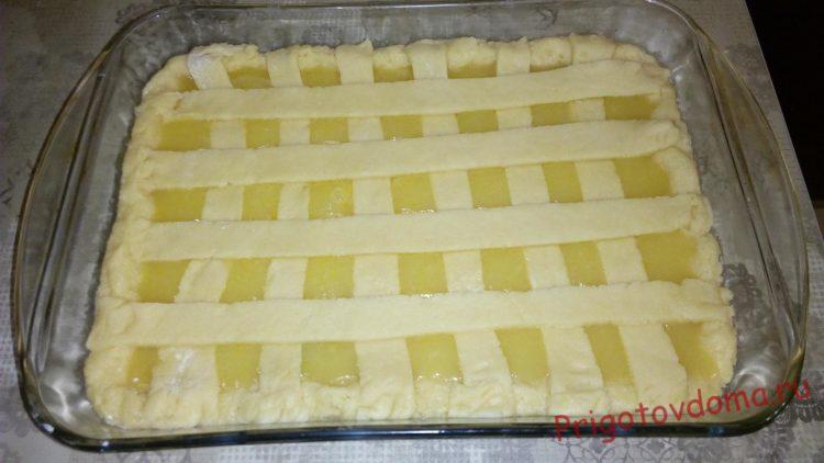 Из оставшегося теста делаем полоски и украшаем ими пирог в форме