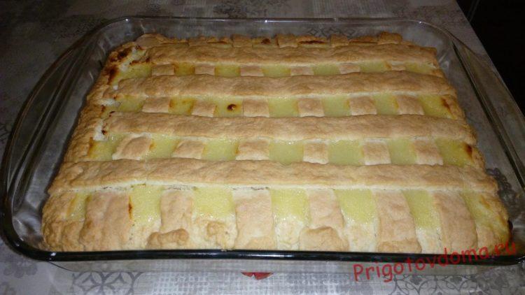 Когда пирог запекся, остуживаем его и разрезаем на порции