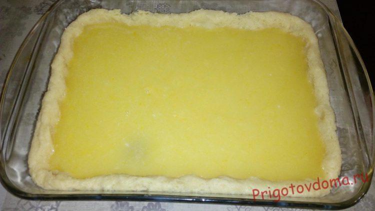 На тесто выкладываем приготовленную начинку
