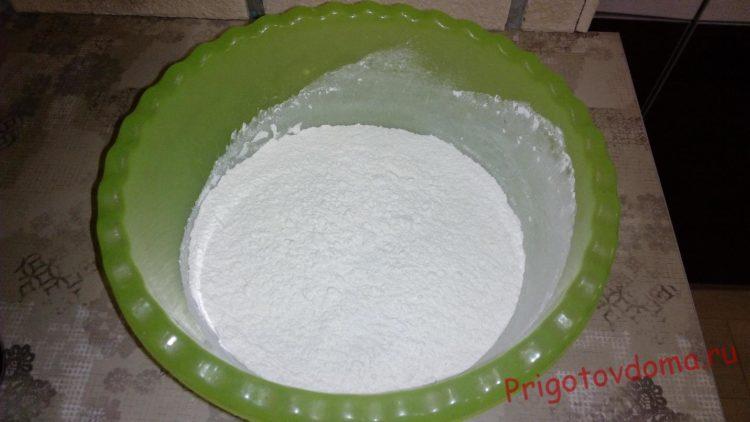 Смешиваем муку, сахар и разрыхлитель для теста в глубокой емкости
